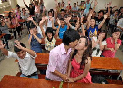 Chú rể Viết Hùng và cô dâu Mỹ Liên (cựu sinh viên trường Đại học Khoa học Xã hội và Nhân văn) trao nhau nụ hôn tình yêu trong giảng đường đại học trước sự chứng kiến của thầy cô và bạn bè cũ.