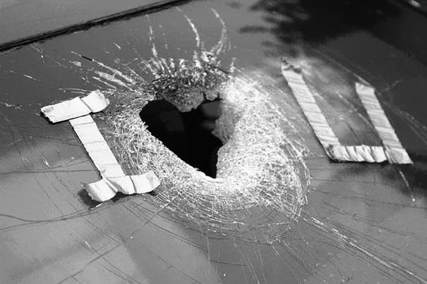 Đập vỡ cả kính để nói lời I Love U.
