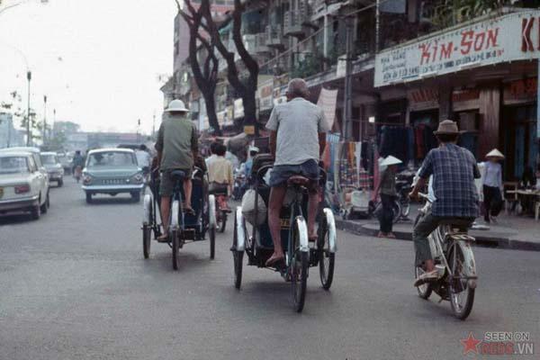 Tháng 10/1968. Những chiếc xích lô đạp trên đường Lê Lợi.