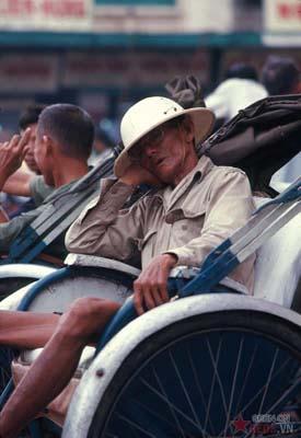 Tháng 4/1969. Giấc ngủ trưa của một ông lão đạp xích lô.
