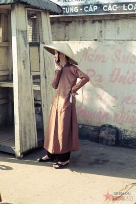 Tháng 11/1968. Một cụ bà trên phố.