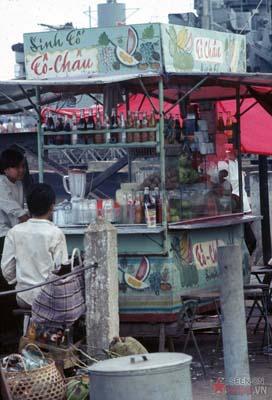 Tháng 10/1968. Quầy giải khát gần bến phà.