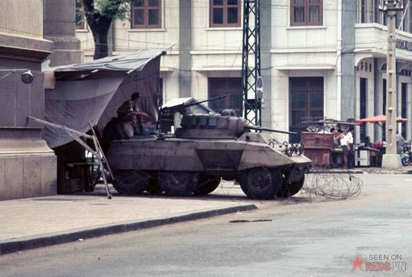 Tháng 11/1968. Lực lượng cảnh sát quốc gia trực chiến trên xe bọc thép gần cảng Sài Gòn.