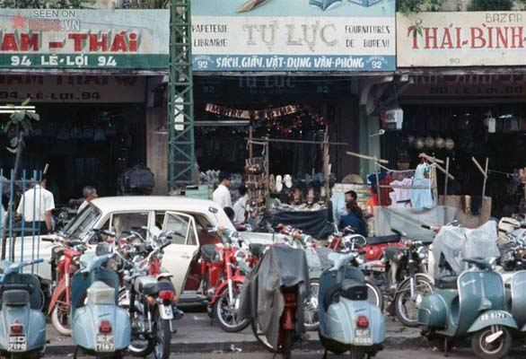 Tháng 11/1968. Những cửa hàng trên đường Lê Lợi.