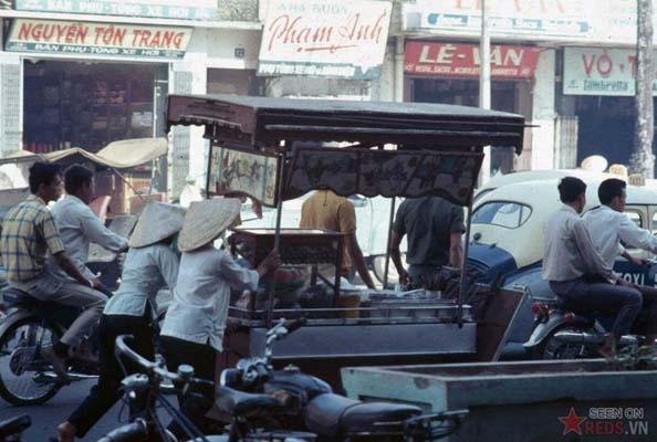 """Tháng 11/1968. Một chiếc xe người Mỹ gọi là """"chop chop cart"""", còn người Việt gọi là xe mì hoặc xe phở tùy thuộc vào loại thức ăn bán trên xe."""