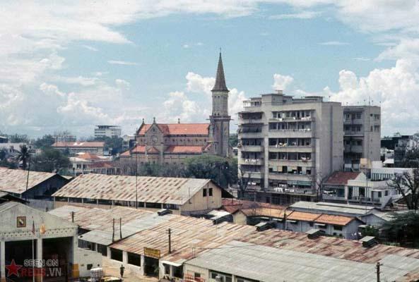 Tháng 11/1968. Nhà thờ Huyện Sĩ nhìn từ khách sạn Walling. Phía dưới tấm ảnh là doanh trại của đơn vị tâm lý chiến số 4.