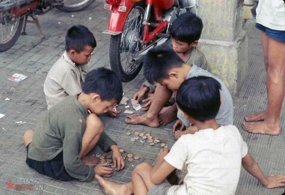 """Tháng 11/1968. Những đứa trẻ chơi bài ăn """"tiền"""". Tiền ở đây là những chiếc nắp chai."""