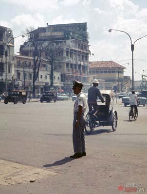 Tháng 11/1968. Cảnh sát giao thông đang làm nhiệm vụ trên đường phố.