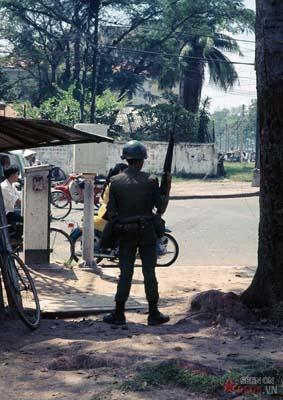 Tháng 11/1968. Người lính VNCH đứng cảnh giới trên một con đường.