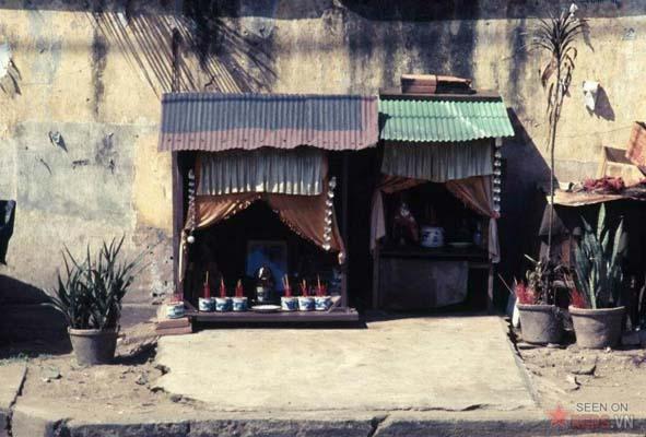 Tháng 12/1968. Những chiếc bàn thờ tại một góc vỉa hè đường Phạm Ngũ Lão.