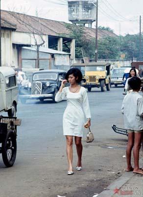 Tháng 12/1968. Một người phụ nữ rảo bước trên đường Phạm Ngũ Lão.