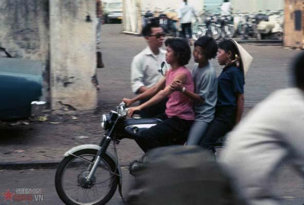 Tháng 12/1968. Một chiếc xe máy kẹp 3 trên đường phố.