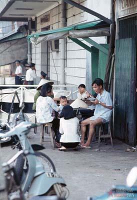Tháng 12/1968. Một gia đình ăn trưa ngay trên vỉa hè.