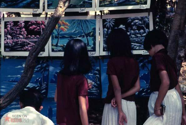 Tháng 12/1968. Các cô gái ngắm những bức tranh được bày bán trong Thảo Cầm Viên.