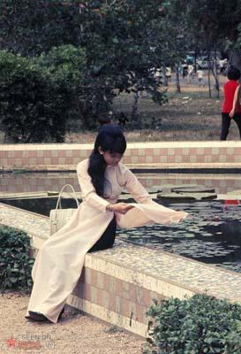 Tháng 12/1968. Thiếu nữ áo dài trong Thảo Cầm Viên.