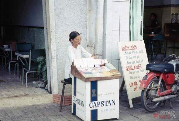 Tháng 10/1968. Một cụ bà bán thuốc lá trên vỉa hè.