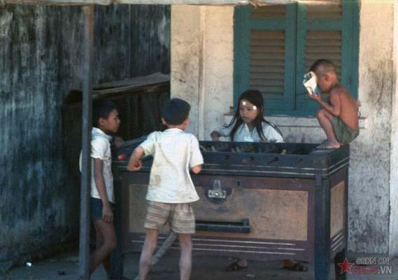 Tháng 1/1969. Những đứa trẻ chơi bi lắc tại xã Vĩnh Lộc, ngoại thành Sài Gòn.