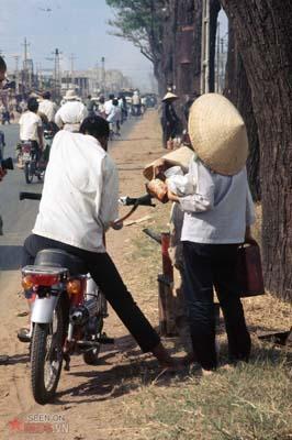 Tháng 1/1969. Những người bán xăng lưu động bên lề đường.