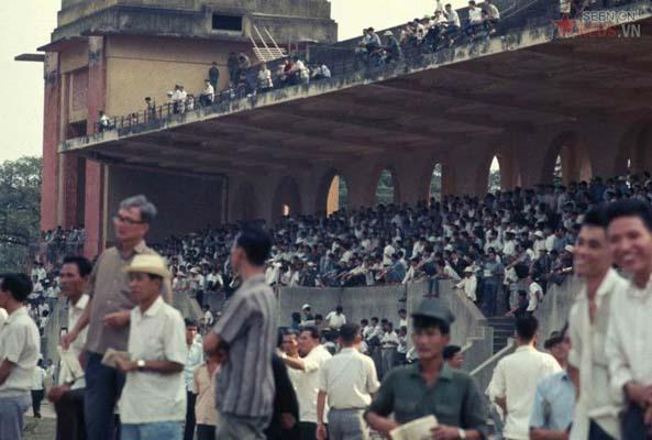 """Tháng 1/1969. Dân """"tuyệt phích"""" trên trường đua Phú Thọ."""