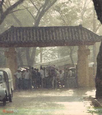 Tháng 1/1969. Trú mưa dưới cổng trường đua Phú Thọ