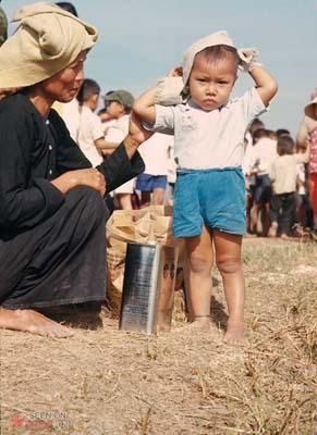 Tháng 1/1969. Người dân chờ phân phát lương thực tại Nhà Bè.