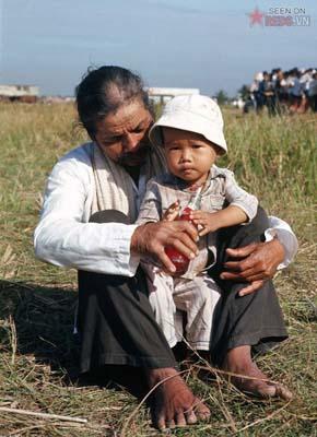 Tháng 1/1969. Hai mẹ con chờ được phát lương thực.