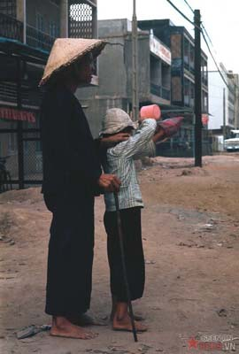 Tháng 1/1969. Người ăn xin mù lòa và đứa con.
