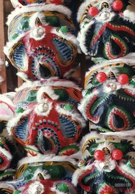Tháng 1/1969. Những chiếc đầu lân của ngày Tết.