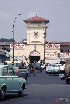 Tháng 2/1969. Cổng chợ Bến Thành.