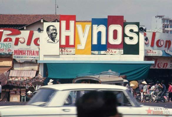 Tháng 2/1969. Bảng quáng cáo của hãng kem đánh răng Hynos nổi bật phía ngoài một khu chợ.