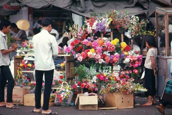 Tháng 2/1969. Một cửa hàng bán hoa giấy.