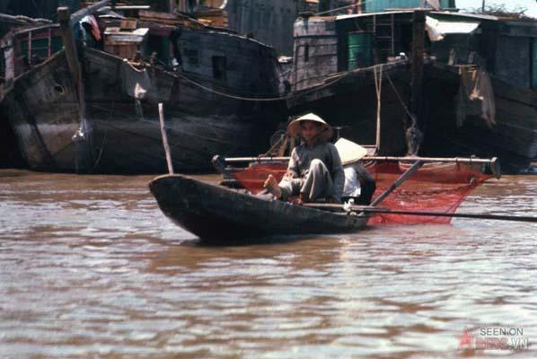 Tháng 2/1969. Chèo thuyền bằng chân.