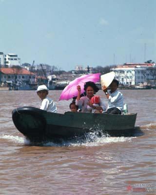 Tháng 2/1969. Một gia đình di chuyển bằng thuyền máy trên sông.