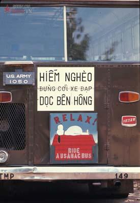 Tháng 2/1969. Biển cảnh báo trên một chiếc xe bus quân sự của Mỹ.