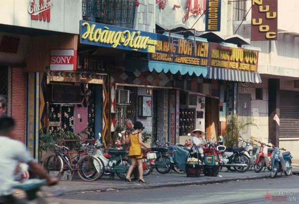 Tháng 2/1969. Dãy quán bar trên đường Hai Bà Trưng.