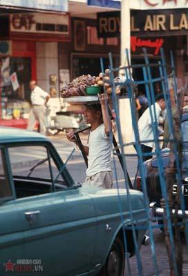 Tháng 2/1969. Người đàn ông bán bánh rán dạo trên đường Tự Do.