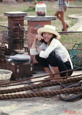 Tháng 2/1969. Cô gái bán hàng rong.