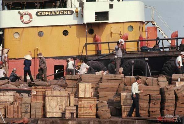 Tháng 2/1969. Bốc dỡ hàng hóa tại cảng Sài Gòn.