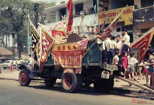 Tháng 2/1969. Những đứa trẻ bên chiếc xe chở đạo cụ biểu diễn ngày Tết.