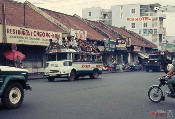 Tháng 3/1969. Quang cảnh nhìn từ công trường Lam Sơn. Hai chiếc xe chở đầy lính quân dịch mới tuyển.