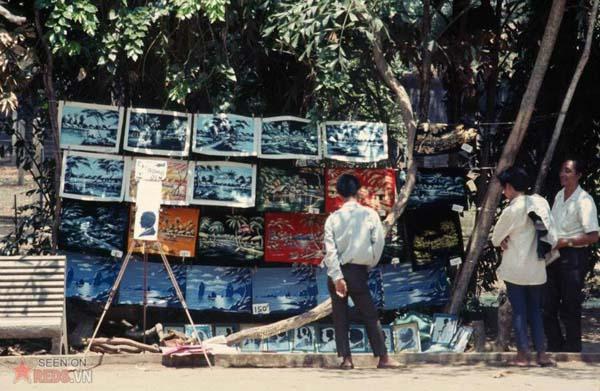 Tháng 4/1969. Quầy bán tranh trong Thảo Cầm Viên.