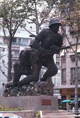 Tháng 4/1969. Tượng đài của người lính VNCH tại quảng trường Lam Sơn.