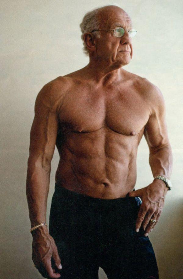 Da ông hơi có nếp nhăn thể hiện sự lão hóa ở cái tuổi 72