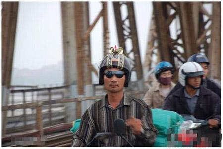 """""""Siêu nhân sành điệu"""" trên cầu Long Biên (Hà Nội)."""